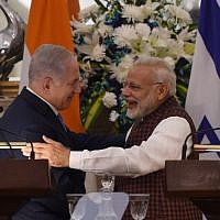 Indian Prime Minister Narendra Modi hugs Prime Minister Benjamin Netanyahu during a press conference at Hyderabad House in New Delhi on January 15, 2018. (AFP PHOTO / MONEY SHARMA)
