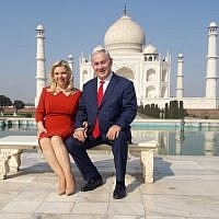 Israeli Prime Minister Benjamin Netanyahu (R) and his wife Sara pose for a photograph at the Taj Mahal in the Indian city of Agra on January 16, 2018. (AFP PHOTO / STR)