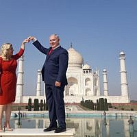 Israeli Prime Minister Benjamin Netanyahu (R) and his wife Sara pose for a photograph at the Taj Mahal in the Indian city of Agra on January 16, 2018. ( AFP PHOTO / STR_