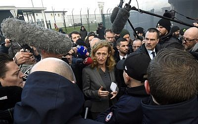 French Justice Minister Nicole Belloubet (C) speaks to journalists as she leaves the Vendin-le-Vieil prison after her visit on January 16, 2018. (AFP PHOTO / FRANCOIS LO PRESTI)
