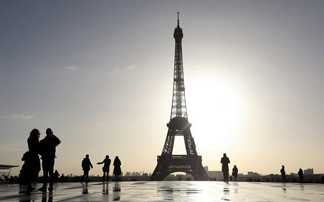 People walk on the Trocadero esplanade with the Eiffel Tower in the background on the morning of January 17, 2018, in Paris. (AFP Photo/Ludovic Marin)