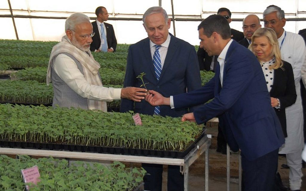 This handout photo from the Gujarat Information Bureau released on January 17, 2018 shows Israeli Prime Minister Benjamin Netanyahu (2L), his wife Sara Netanyahu (2R) and Indian Prime Minister Narendra Modi (L) interacting during a visit to the  Centre of Excellence for Vegetables at Vadrad village, some 70 kms from Ahmedabad (AFP PHOTO / Gujarat Information Bureau / Handout)