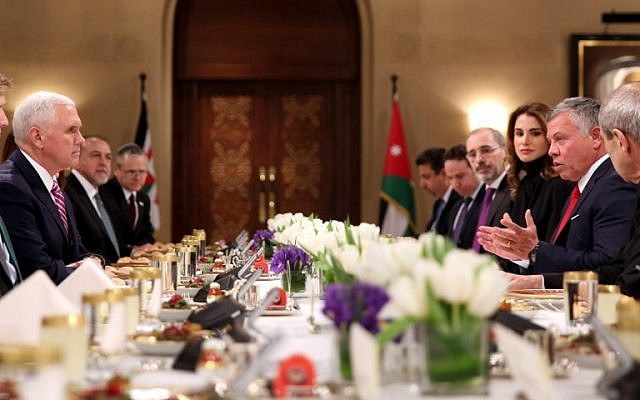 US Vice President Mike Pence (L) has lunch with Jordan's King Abdullah II (R) and his wife Queen Rania (3rd from R) in the capital Amman, on January 21, 2018. (AFP / Khalil MAZRAAWI)