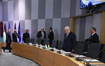 Palestinian President Mahmoud Abbas (2nd R) arrives for a meeting with EU Foreign ministers in Brussels, Belgium, on January 22, 2018.  (AFP/ POOL / OLIVIER HOSLET)