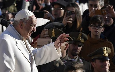 Pope Francis waves to the crowd as he arrives for a weekly general audience in St Peter's Square, on January 24, 2018, in Vatican City.  (AFP PHOTO / Andreas SOLARO)