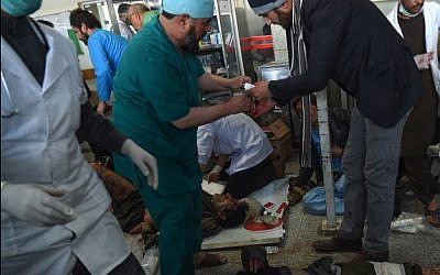 Afghan medical staff treat men and women wounded after a car bomb exploded at the Jamhuriat Hospital in Kabul on January 27, 2018. (AFP PHOTO / WAKIL KOHSAR)