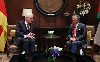 German President Frank-Walter Steinmeier (L) meets with Jordan's King Abdullah II in the capital Amman, on January 28, 2018. (AFP PHOTO / Khalil MAZRAAWI)