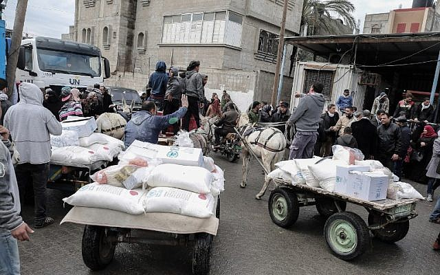 Palestinians collect aid parcels at a United Nations food distribution center in Khan Yunis in the southern Gaza Strip, January 28, 2018. (Said Khatib/AFP)