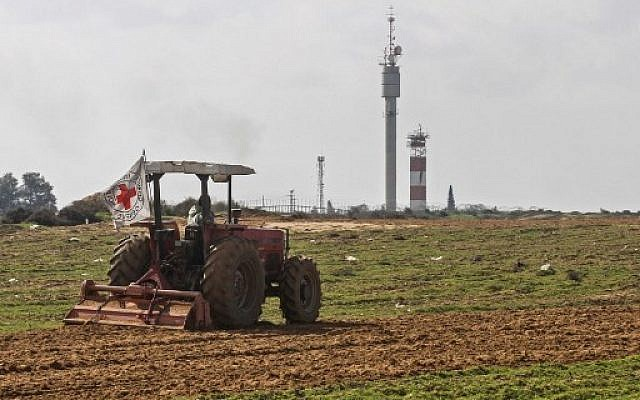 Palestinian farmers tend their land in a buffer zone on the border between Israel and the Gaza Strip for the first time since 2006, January 29, 2018. (AFP Photo/Said Khatib)
