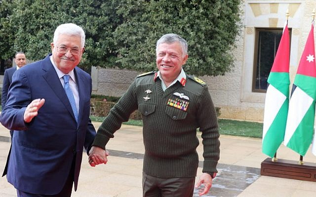 Jordan's King Abdullah II (R) welcomes Palestinian Authority President Mahmoud Abbas to the Royal Palace in Amman on January 29, 2018. (AFP Photo/Khalil Mazraawi)