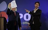 Israeli mentalist Lior Suchard, right, gestures as he stands with Prime Minister Benjamin Netanyahu during the annual toast with the foreign media in Jerusalem, January 10, 2018. (AP/Tsafrir Abayov)