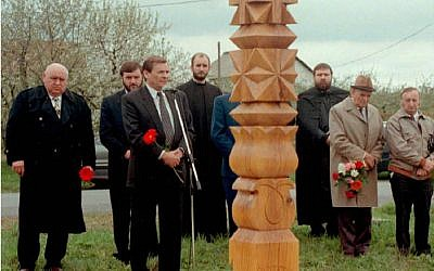 Sandor Lezsak, 3rd left, delivers his speech during the inauguration of a wooden memorial at Nyirpazony, Sunday, 19 April, 1998, for the memory of Briton Michael Trevor Pollard. (AP/SandorBarna)