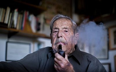 Veteran Israeli poet, novelist, journalist, and documentary filmmaker Haim Gouri at his home in Jerusalem, July 6, 2015. (Yonatan Sindel/Flash90)