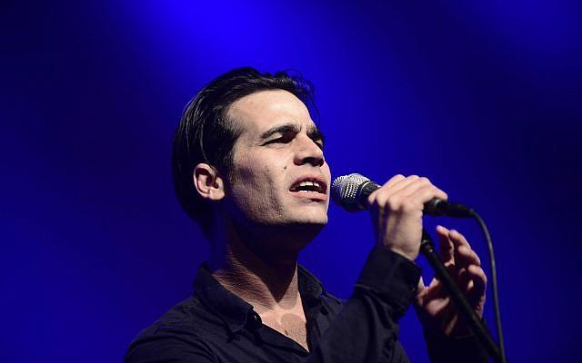 Israeli singer Aviv Geffen at the EMI, the Israel Artists Association, lifetime achievement awards ceremony, held in Petah Tikva on February 17, 2016. (Tomer Neuberg/Flash90)