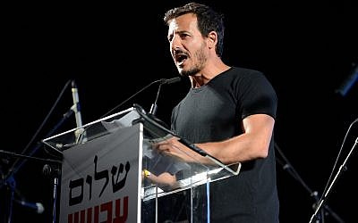 Director general of Peace Now Avi Buskila speaks during a rally in Rabin Square, Tel Aviv, May 27, 2017. (Gili Yaari/Flash90)