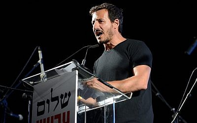 Then-director general of Peace Now Avi Buskila speaks during a rally in Rabin Square, Tel Aviv, May 27, 2017. (Gili Yaari/Flash90)