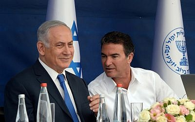 Prime Minister Benjamin Netanyahu (left) and Mossad head Yossi Cohen during a toast for the Jewish New Year on October 2, 2017. (Haim Zach/GPO)