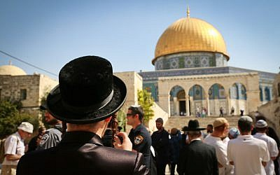 Jews visit the Temple Mount compound, site of the Al Aqsa Mosque and the Dome of the Rock in Jerusalem Old City, during the holiday of Sukkot, October 8, 2017 (Flash90/Yaakov Lederman)