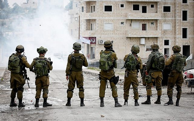 IDF soldiers clash with Palestinians in Al-Fawwar refugee camp, south of the West Bank city of Hebron, on December 31, 2017. (Wisam Hashlamoun/Flash90)