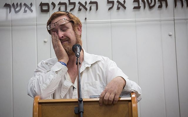 Likud MK Yehudah Glick speaks during the funeral of his wife, Yaffa Glick, at the Har Hamenuhot Cemetery in Jerusalem, on January 1, 2018. (Hadas Parush/Flash90)