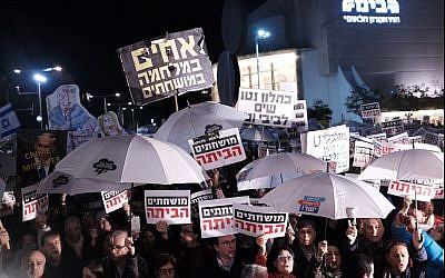 Thousands of Israelis attend  the weekly anti-corruption protest in Tel Aviv on January 6, 2018. (Tomer Neuberg/Flash90)