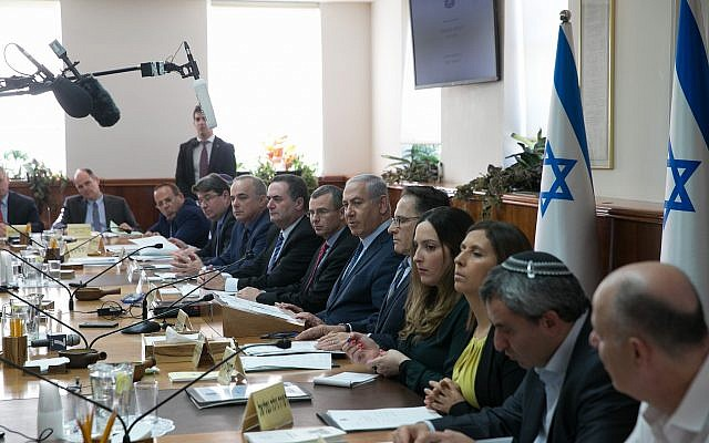 Prime Minister Benjamin Netanyahu leads the weekly cabinet meeting at the Prime Minister's Office in Jerusalem, January 7, 2018. (Ohad Zwigenberg/Pool)