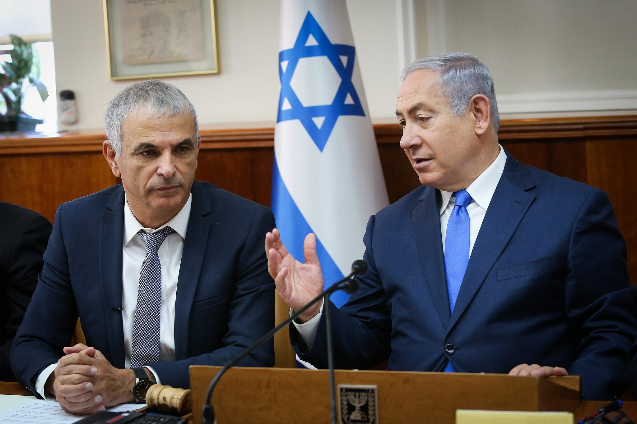 Prime Minister Benjamin Netanyahu and Finance Minister Moshe Kahlon at a special cabinet meeting at the Prime Minister's Office in Jerusalem