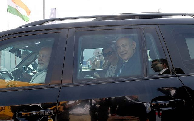 Prime Minister Benjamin Netanyahu and his wife Sara are welcomed by Indian Prime Minister Narenda Modi in Gujarat. India, on January 17, 2018. (Avi Ohayon/GPO)