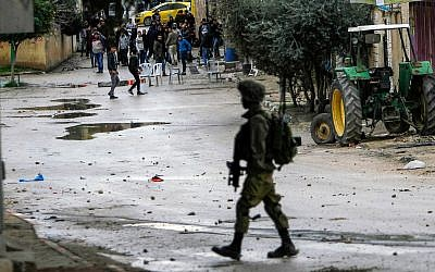 Palestinians clash with IDF soldiers in the West Bank city of Jenin, January 18, 2018. (Nasser Ishtayeh/Flash90)