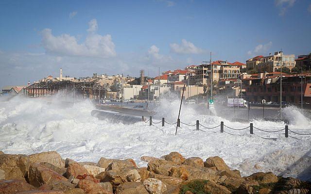 Large waves at Jaffa Port, January 19, 2018. (Yaakov Lederman/FLASH90)