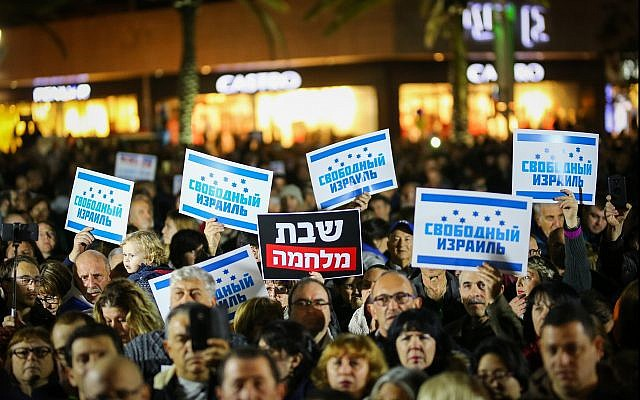Demonstrators protest in Ashdod against the closure of businesses in the city on Shabbat, on January 20, 2018. (Flash90)