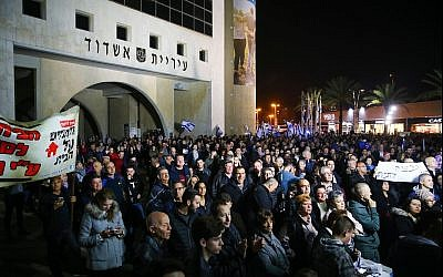 Demonstrators protest outside the Ashdod Municipality against the closure of businesses in the city on Shabbat, on January 20, 2018. (Flash90)