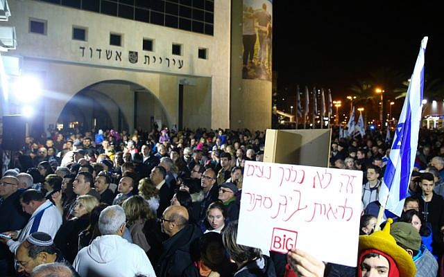 Demonstrators protest against the closure of businesses on Shabbat in city of Ashdod, January 20, 2018. (Flash90)