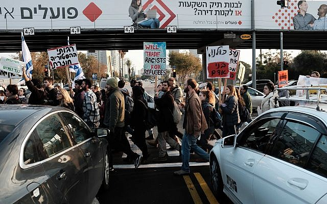 Students and teachers protesting against the deportation of African asylum seekers in Tel Aviv on January 24, 2018. (Tomer Neuberg/ FLASH90)