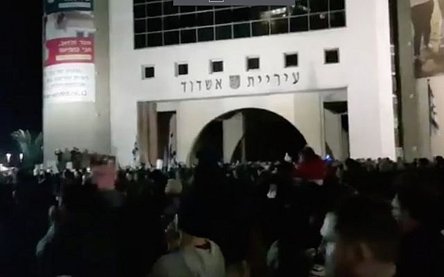 Demonstrators protest outside the Ashdod Municipality against the closure of businesses in the city on Shabbat, on January 20, 2018. (Screen capture: Twitter)