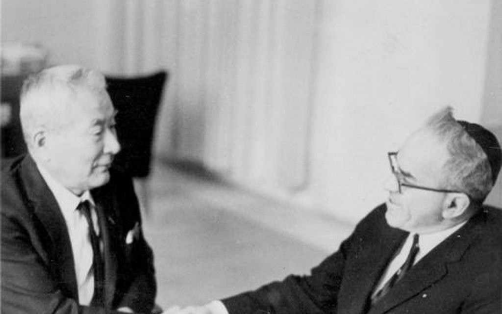 Chiune Sugihara meets with former Israeli Religious Affairs Minister Zerah Warhaftig, who received a transit visa from Sugihara during World War II. (Yad Vashem)