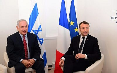 Prime Minister Benjamin Netanyahu (L) meets with French President Emmanuel Macron, at the World Economic Forum in Davos on January 24, 2018. (GPO)