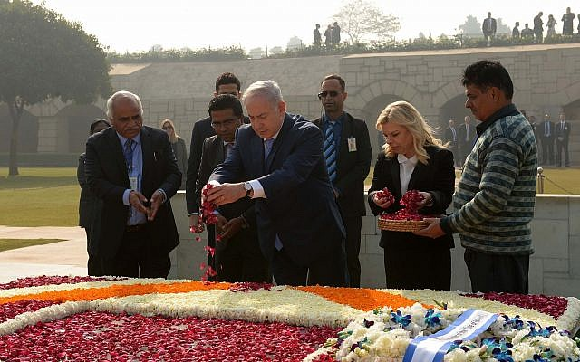 Prime Minister Benjamin Netanyahu and his wife Sara pay a floral tribute at the grave of Mahatama Gandhi in New Delhi, India on January 15, 2018. (Avi Ohayon/GPO)