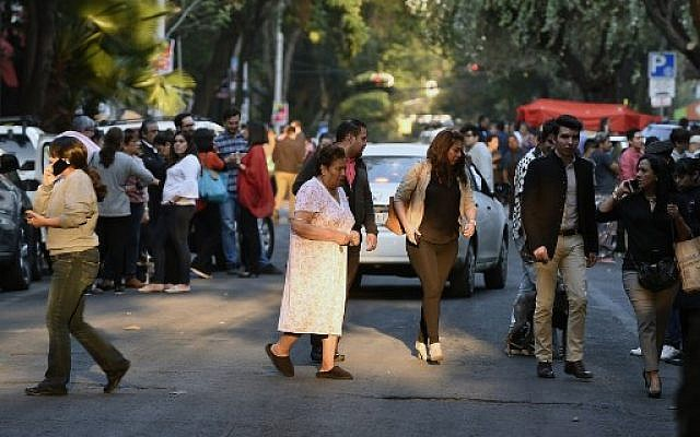 Peoplerush out into the streets during a powerful earthquake in Mexico City on February 16, 2018. Mexico's National Seismological Service put the magnitude of the quake at 7.0, and seismic monitor network Sky Alert said the quake was felt across the states of Guerrero, Oaxaca and Puebla. (AFP PHOTO / ALFREDO ESTRELLA)