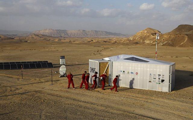 Israeli analog astronauts start their mission on the D-MARS Project on February 18, 2018 (AFP /MENAHEM KAHANA)