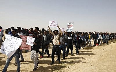 African migrants march from Holot detention centre  to the Saharonim Prison, an Israeli detention facility for African asylum seekers on February 22, 2018. (AFP  / MENAHEM KAHANA)