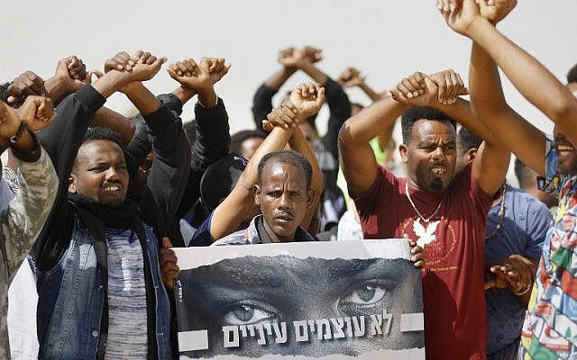 African migrants protest outside the Saharonim Prison, a detention facility for African asylum seekers, in the southern Negev desert near the Egyptian border on February 22, 2018. (AFP PHOTO / MENAHEM KAHANA)