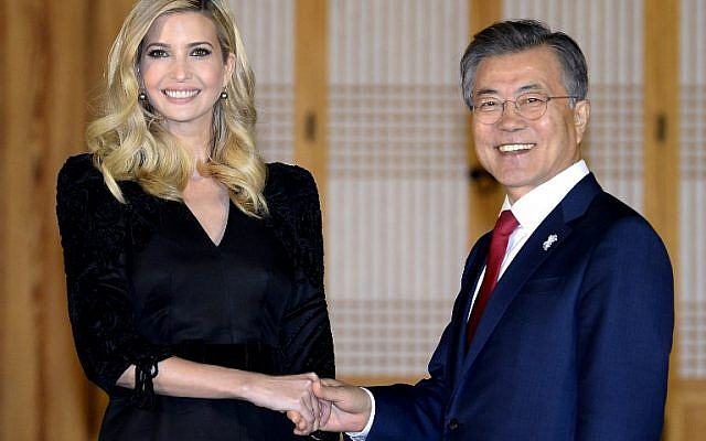 South Korean President Moon Jae-In (R) shakes hands with Ivanka Trump during their dinner meeting at the Presidential Blue House in Seoul on February 23, 2018. (AFP PHOTO / POOL / Kim Min-Hee)