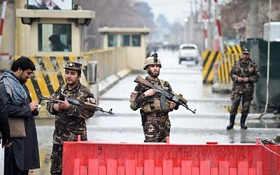 Afghan security personnel stand guard near the site of a suicide bombing in Kabul on February 24, 2018 (AFP PHOTO / WAKIL KOHSAR)