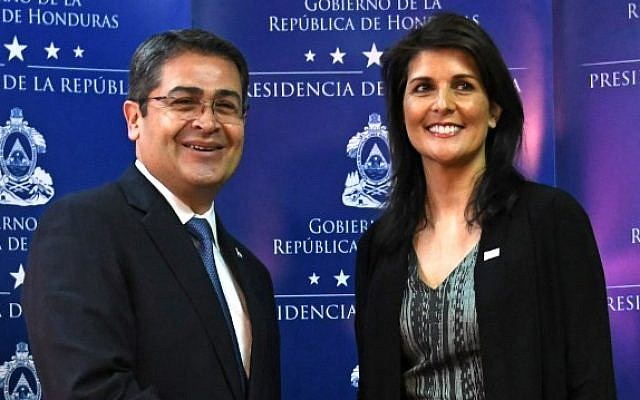 Honduras' re-elected President Juan Orlando Hernandez (L) shakes hands with the US ambassador to the United Nations, Nikki Haley, before speaking to the press in Tegucigalpa, on February 27, 2018. (AFP PHOTO / Orlando SIERRA)