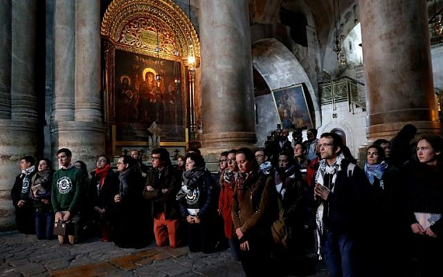 Christian worshippers pray inside the Church of the Holy Sepulchre in Jerusalem after it reopened on February 28, 2018, following a three-day closure to protest against Israeli tax measures and a proposed law. (AFP / THOMAS COEX)