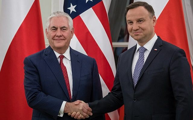 Polish President Andrzej Duda (R) and US Secretary of State Rex Tillerson shake hands during their meeting at Belvedere Palace in Warsaw, January 26, 2018. (AFP Photo/Wojtek Radwanski)