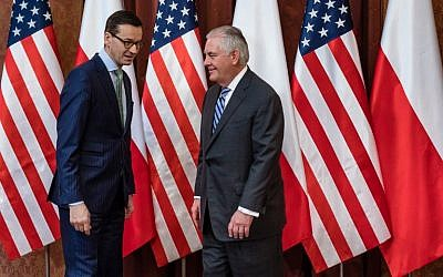 Polish Prime Minister Mateusz Morawiecki (L) poses with US Secretary of State Rex Tillerson in Warsaw on January 27, 2018. (AFP/Wojtek RADWANSKI)
