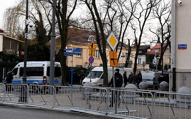 Police stand behind barriers around the Israeli Embassy in Warsaw after a local governor, citing security concerns, banned traffic in the area, to prevent a planned protest by far-right groups, on January 31, 2018. (JANEK SKARZYNSKI/ AFP)