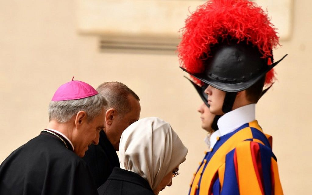 Turkey's President Recep Tayyip Erdogan (rear) and his wife Emine (R) are welcomed by bishop Georg Ganswein (L) upon  arrival to meet with the pope at the Vatican on February 5, 2018. ( AFP PHOTO / Vincenzo PINTO)